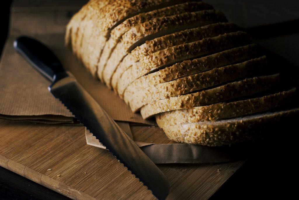 Skuret bröd och brödkniv