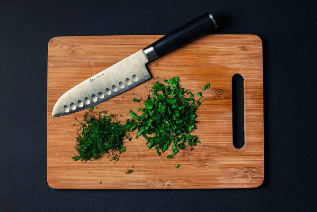 Skärbräda med örter och kniv