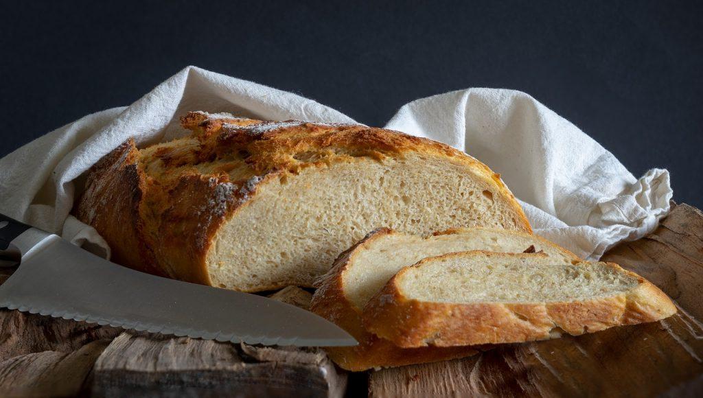 bröd med hård skårpa och brödkniv