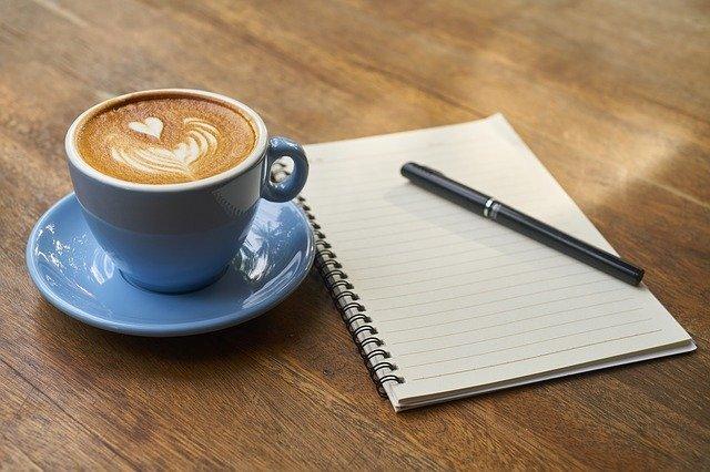 Cappuccino med block och penna