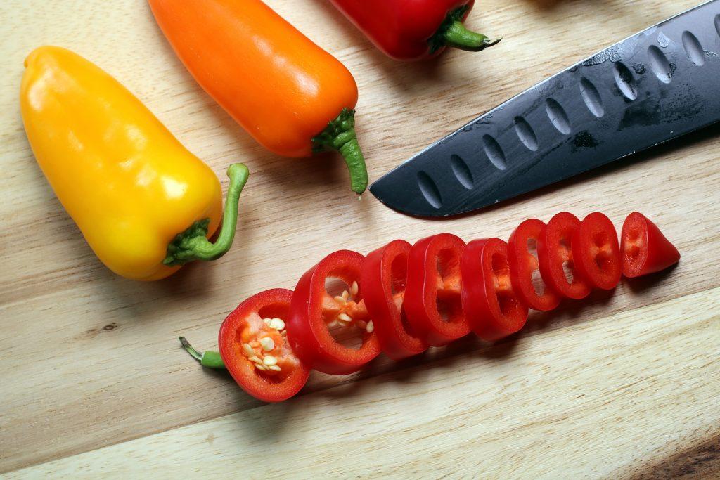 Grönsakskniv och uppskuren chili