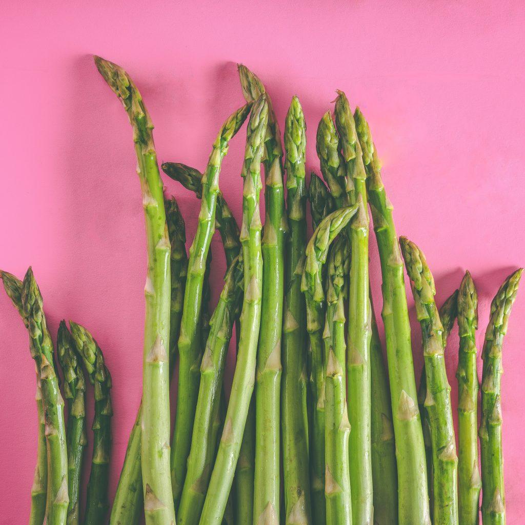 lätt kokad sparris på rosa bakgrund